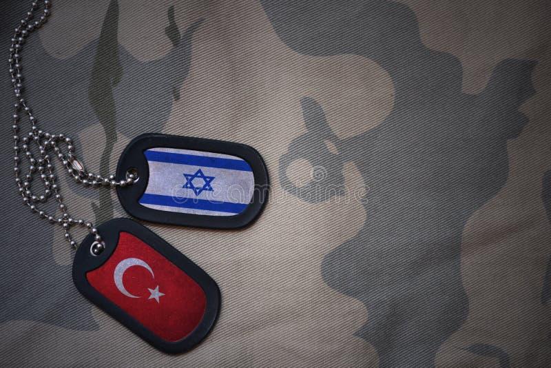 军队空白、卡箍标记与以色列的旗子和火鸡在卡其色的纹理背景 免版税库存照片
