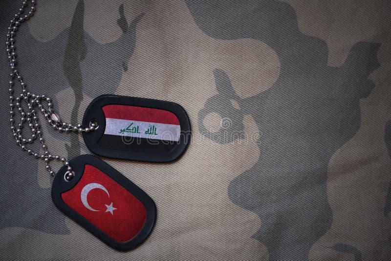 军队空白、卡箍标记与伊拉克的旗子和火鸡在卡其色的纹理背景 图库摄影