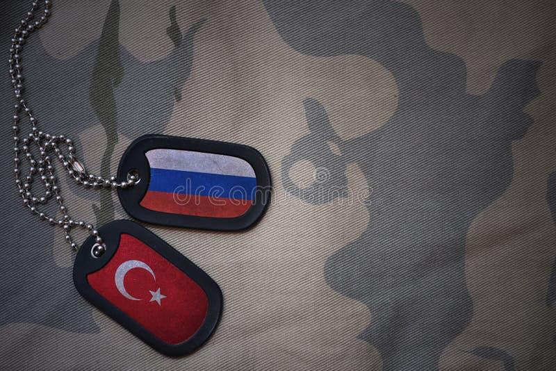 军队空白、卡箍标记与俄罗斯的旗子和火鸡在卡其色的纹理背景 库存图片