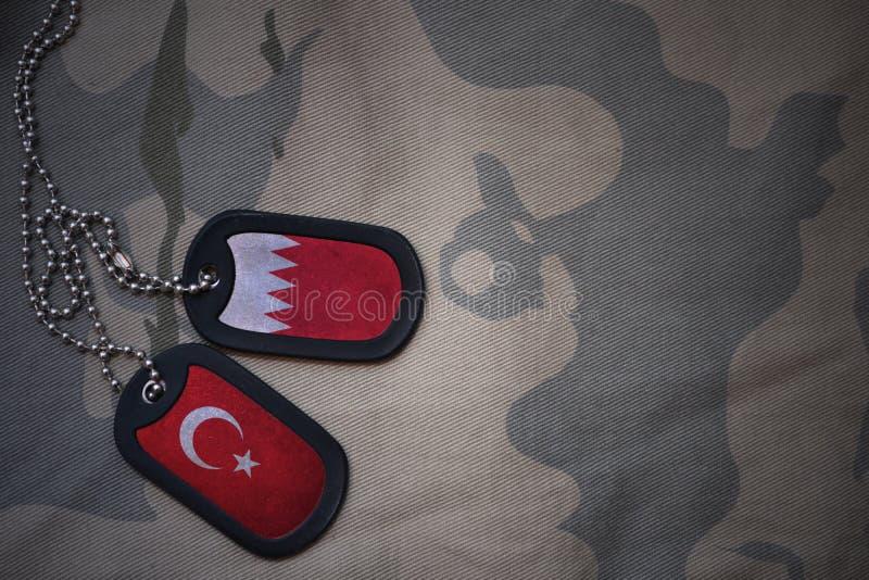 军队空白、卡箍标记与巴林的旗子和火鸡在卡其色的纹理背景 免版税图库摄影