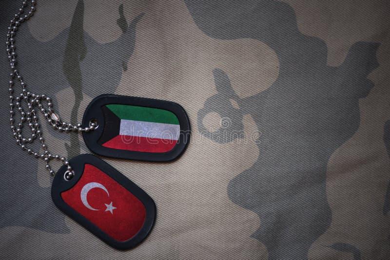 军队空白、卡箍标记与科威特的旗子和火鸡在卡其色的纹理背景 库存图片