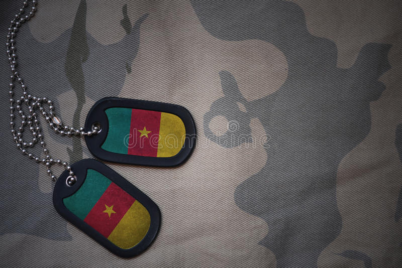 军队空白,与喀麦隆的旗子的卡箍标记卡其色的纹理背景的 免版税图库摄影