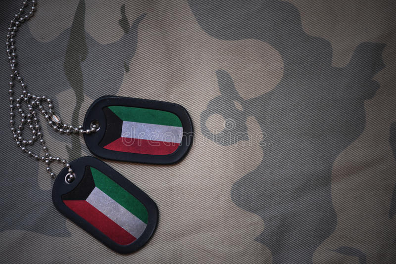 军队空白,与科威特的旗子的卡箍标记卡其色的纹理背景的 免版税库存照片