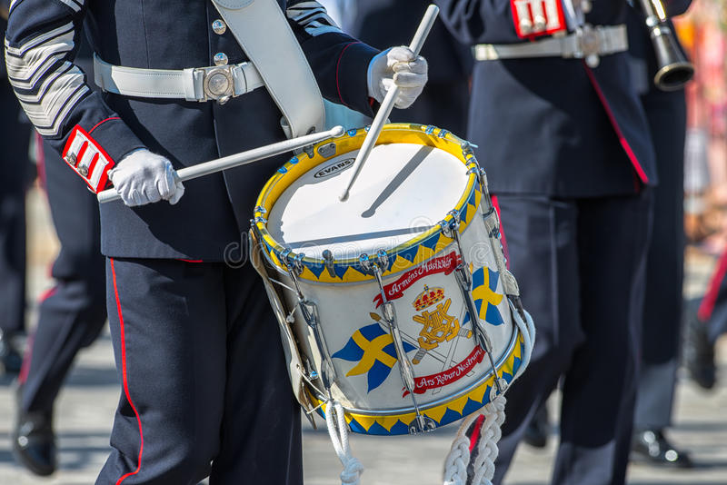 军队以鼓手为特色的音乐军团。2013年6月8日,斯德哥尔摩,瑞典 库存图片