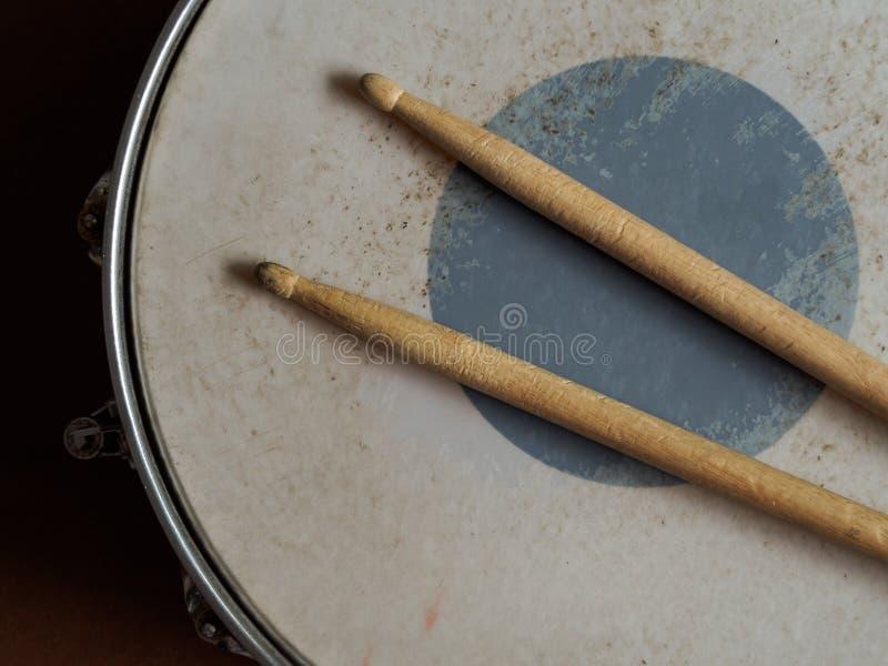 军鼓和鼓槌 免版税库存照片