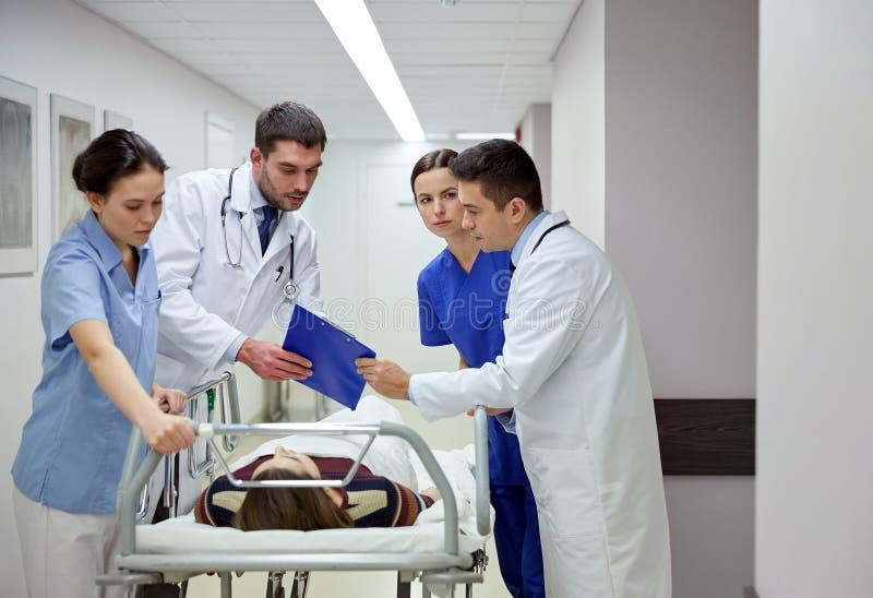 军医和患者医院盖尼式床的在紧急状态 图库摄影