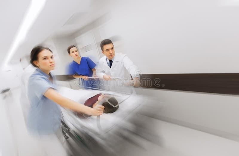 军医和患者医院盖尼式床的在紧急状态 免版税库存照片