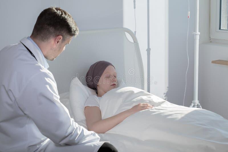 军医和睡觉的癌症孩子 免版税图库摄影