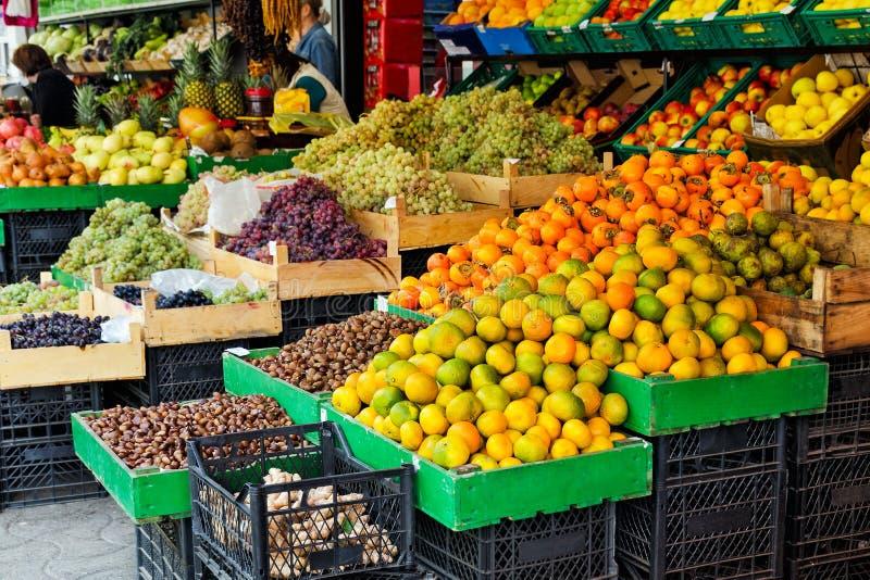 农业和农夫`产品-季节性果子街道贸易的概念-普通话,柿子,葡萄,苹果 免版税库存照片
