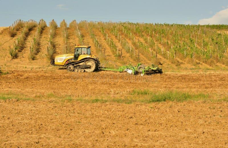 农业在有一台拖拉机的意大利在领域 库存图片