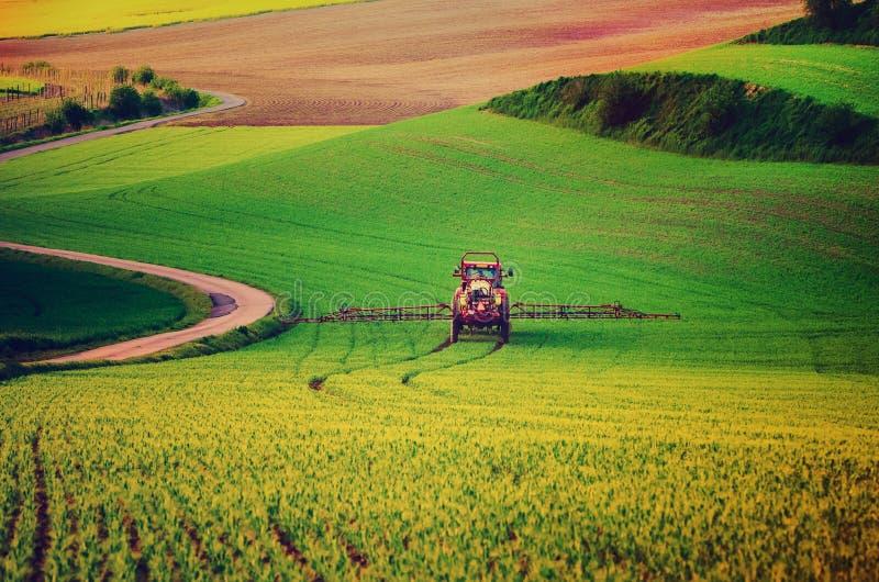 农业机械喷洒的杀虫药 图库摄影