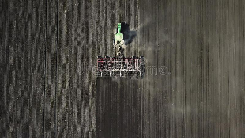农业 农夫对待土壤 库存照片
