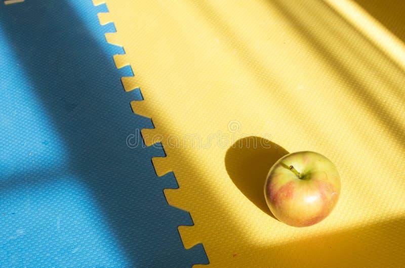 农厂与拷贝空间的新鲜的有机红色和绿色苹果在背景中 库存图片