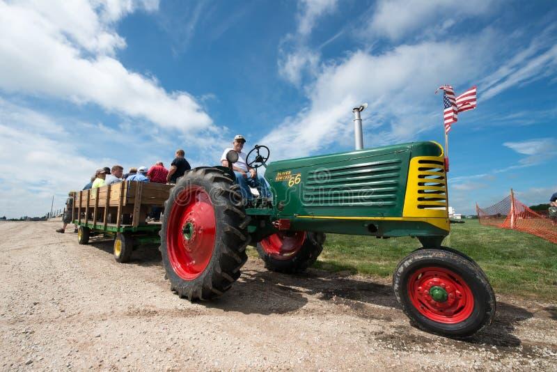 农厂乐趣,人们Hayride,拖拉机 免版税库存图片