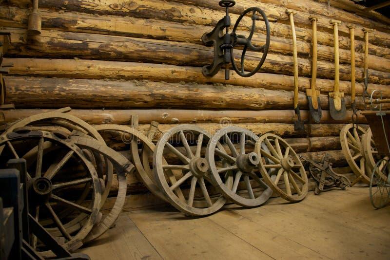 农厂工具在谷仓 免版税库存照片