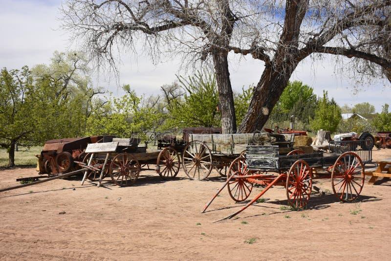 农厂无盖货车和Buggys从一个earier时代 库存照片