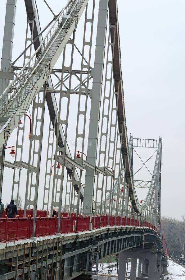 农场在Kyiv,乌克兰金属化步行桥 在桥梁之上的技术支持,钢结构特写镜头 库存图片