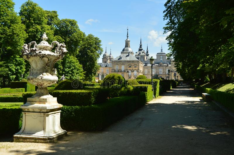农场的美丽的庭院有宫殿的在背景中 艺术史生物 免版税库存图片