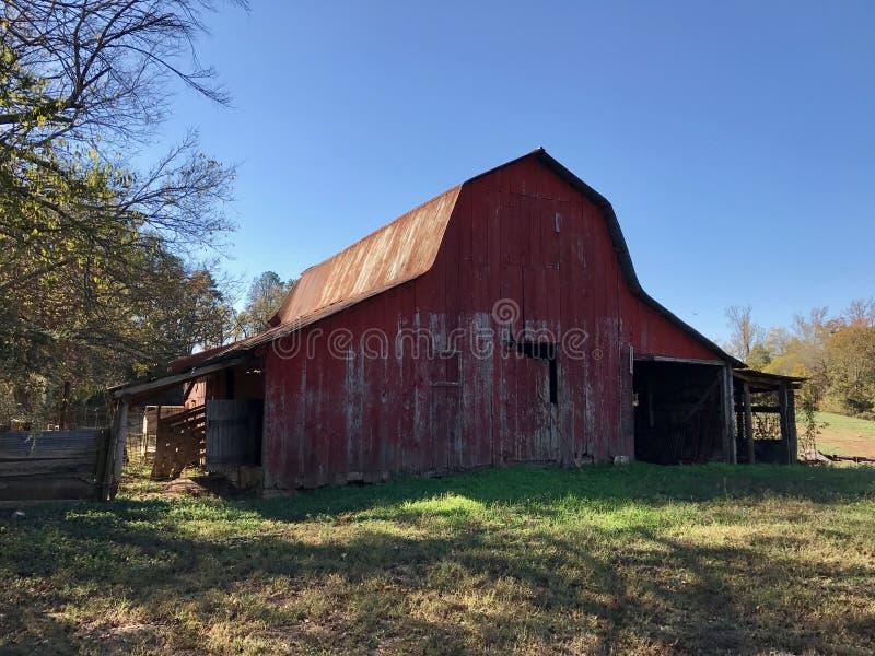 农场的老红色谷仓 免版税图库摄影