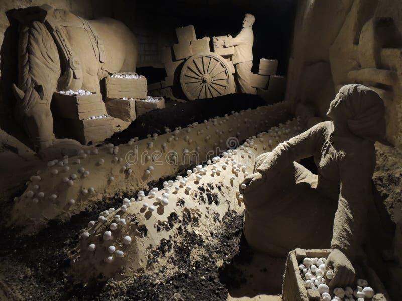 农夫和蘑菇-从石灰石的艺术 免版税库存图片