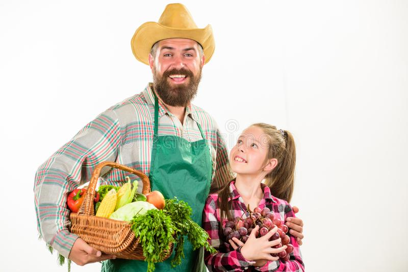 农夫家庭本地出产的收获父亲农夫或花匠有女儿举行篮子收获菜的 从事园艺和 图库摄影