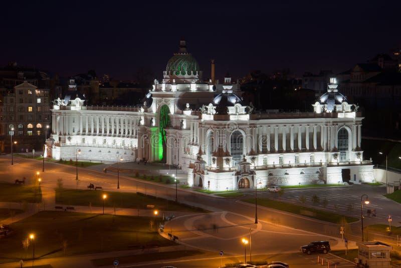 农夫特写镜头宫殿在外形的与夜照明的光 喀山 免版税库存图片