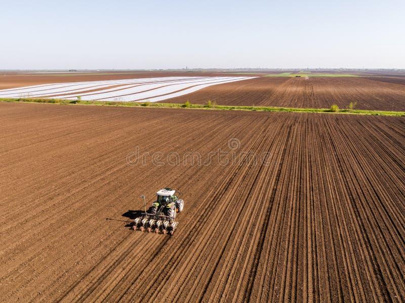 农夫种子的空中射击,播种播种在领域 免版税图库摄影