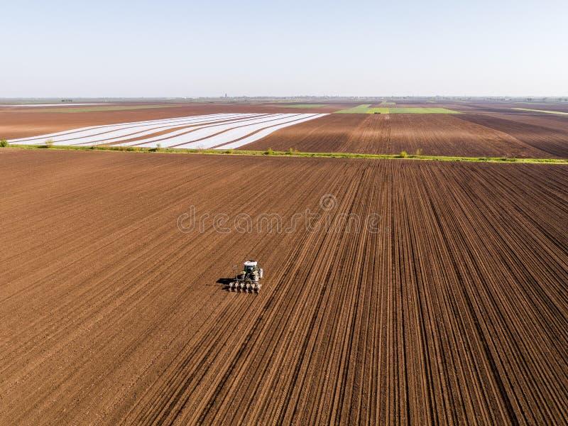 农夫种子的空中射击,播种播种在领域 免版税库存图片