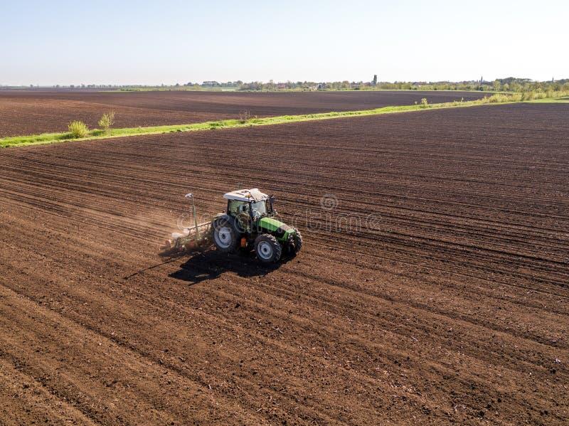 农夫种子的空中射击,播种播种在领域 免版税库存照片