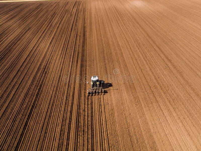 农夫种子的空中射击,播种播种在领域 库存图片