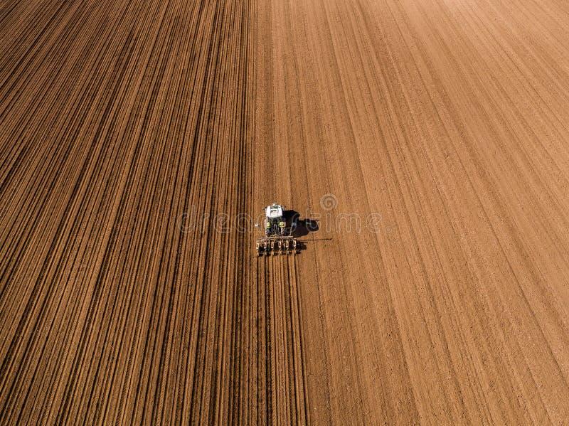 农夫种子的空中射击,播种播种在领域 图库摄影