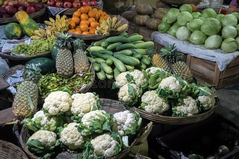 农夫\ '食物市场摊位以有机菜品种  免版税库存照片