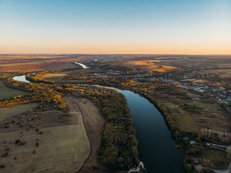 农村乡下,美好的秋天自然风景全景鸟瞰图从上面有大河和农田的 免版税库存图片