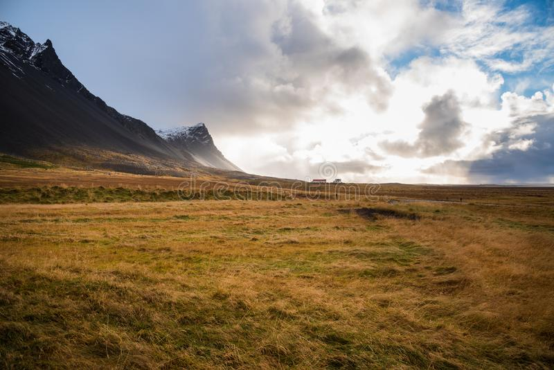 农村冰岛在日出的多云天空下 库存图片