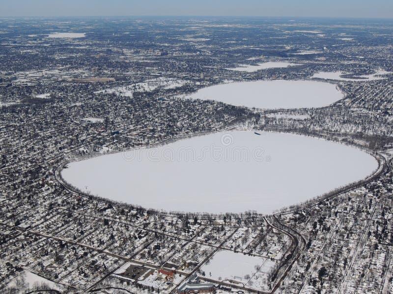 农村和城市土地空中冬天雪风景视图在米尼亚波尼斯明尼苏达和印第安纳波利斯印第安纳之间的有纯然的反对的 库存照片