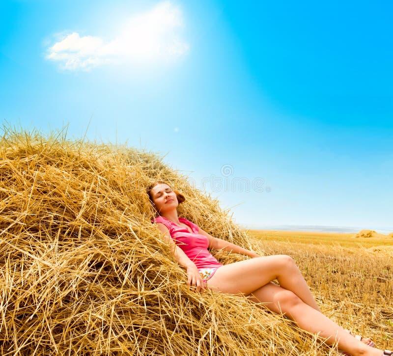 农村女孩的干草 免版税库存照片