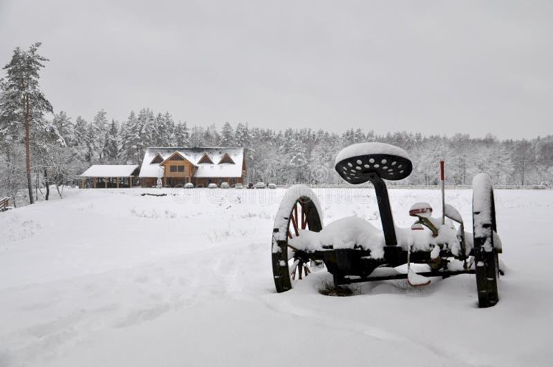 农村家冷的多雪的冬天风景  免版税库存照片