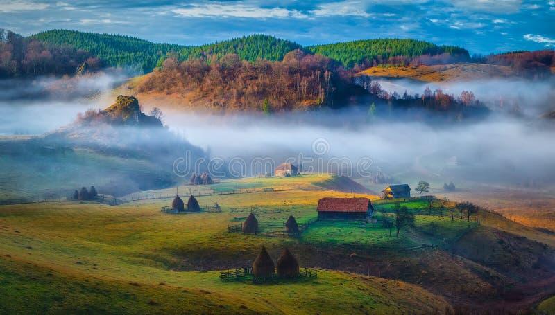 农村山风景在秋天早晨- Fundatura Ponorului,罗马尼亚 库存图片