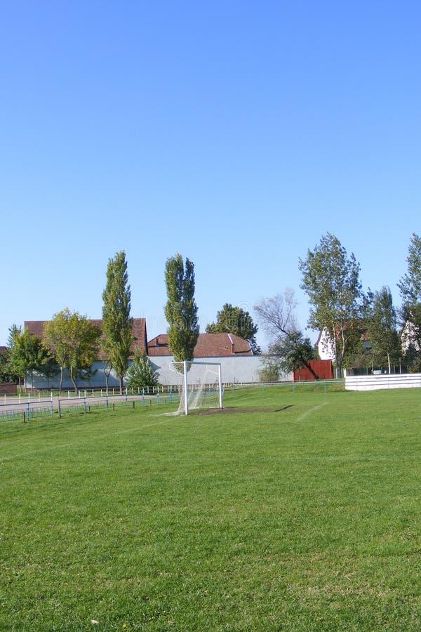 农村橄榄球,从晴朗的春天的正面看台采取的足球沥青,夏日 库存照片