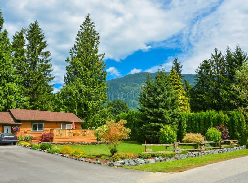 农村环境调�_农村的北美洲家庭房子与恰好环境美化的前院.