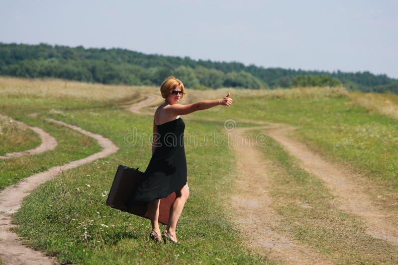 铁轨的女孩带着手提箱 库存照片. 图片 包括有 女孩, 场面, 追求, 寂寞, 女性, 人们, 休闲, 女演员