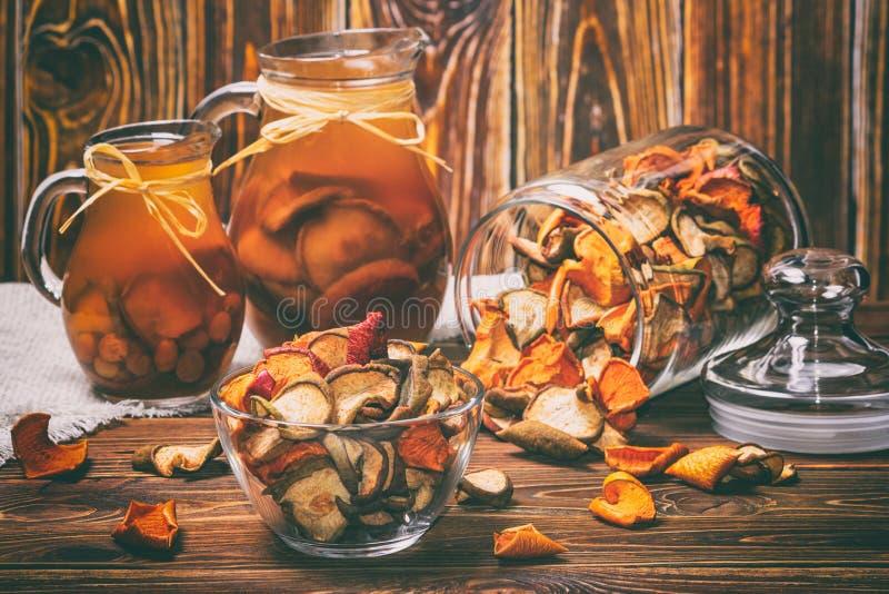 农村静物画-蜜饯用从苹果和梨特写镜头的干果子 库存照片