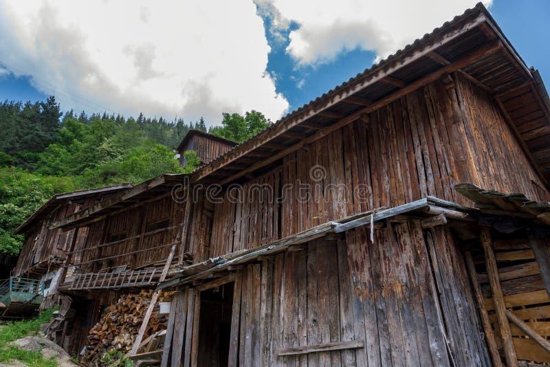 农村风景背景的老木房子