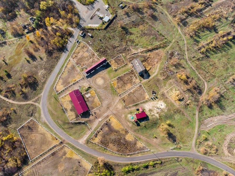 农村马农场或大农场空中寄生虫视图  村庄或乡下有马槽枥和谷仓的 库存照片