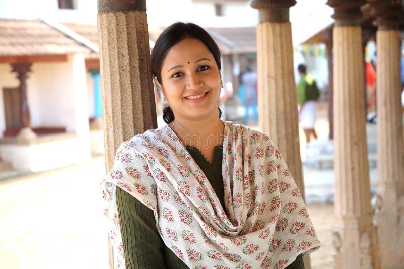 农村backgound的快乐的印地安妇女 免版税库存照片