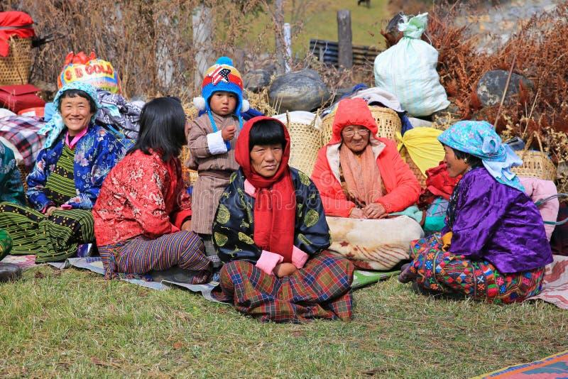 农民家庭在农村不丹观看牦牛节日 免版税库存图片