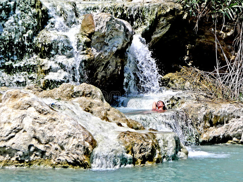 农神温泉的一名沐浴的妇女 库存照片