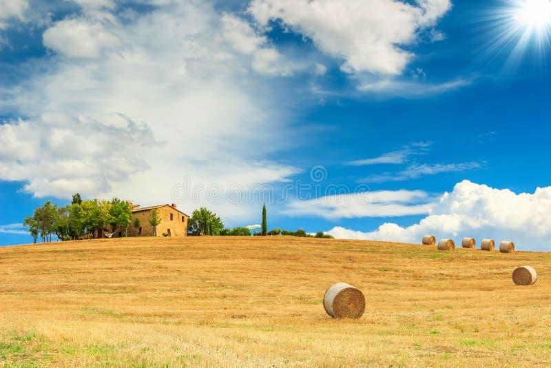 农舍和干草捆在托斯卡纳,意大利,欧洲 库存照片