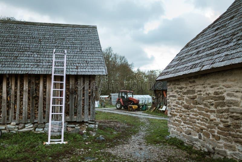 农舍用各种各样的农业设备和拖拉机 库存照片