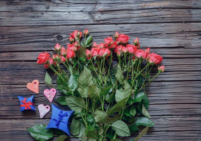 冠上在桃红色玫瑰、心脏和礼物的看法下 免版税库存照片